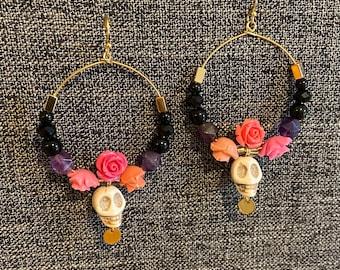 Sugar skull earrings / Halloween earrings / day of the dead earrings / gold earrings / skull earrings / dia de los muertos