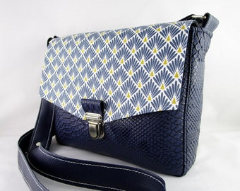 5b1f5b2168 Besace en simili cuir dragon bleu marine et tissu plumes de paon , sac  bandoulière femme, sac à main femme,petite besace originale