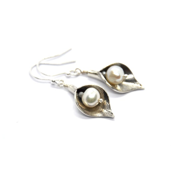 Arum Lily Earrings With Pearls. 925 solid silver. Drop earrings. Flower earrings. Pearl earrings. Wedding jewellery.