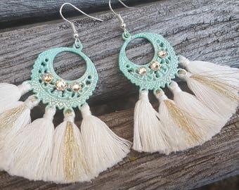 Boucles estampe Boho Indian Summer Turquoise pompons blanc et dorés cristal