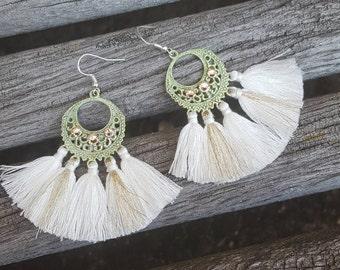 Boucles estampe Boho Indian Summer pompons blanc et dorés cristal