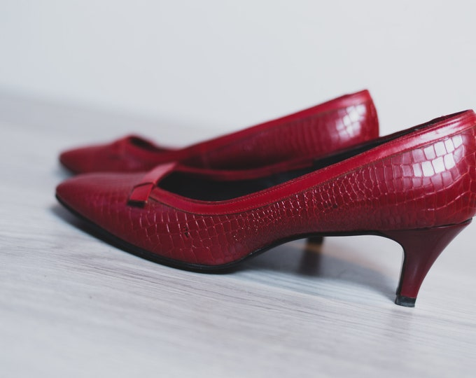 Vintage Red Shoes - Ladies Size 8.5 Retro Pumps - Slip on Elegant Snake Skin Style Vintage Crimson Heels - Simpsons Sears Shoes