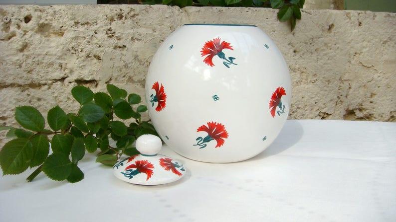 red carnations Vase decor white ball cap