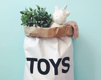 Sac en papier éco T O Y S, enfant intérieur, rangement des jouets.