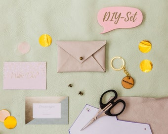 DIY set leather case: material, instructions and engraved keychain to ask the bridesmaid. Sustainable leather set for crafting