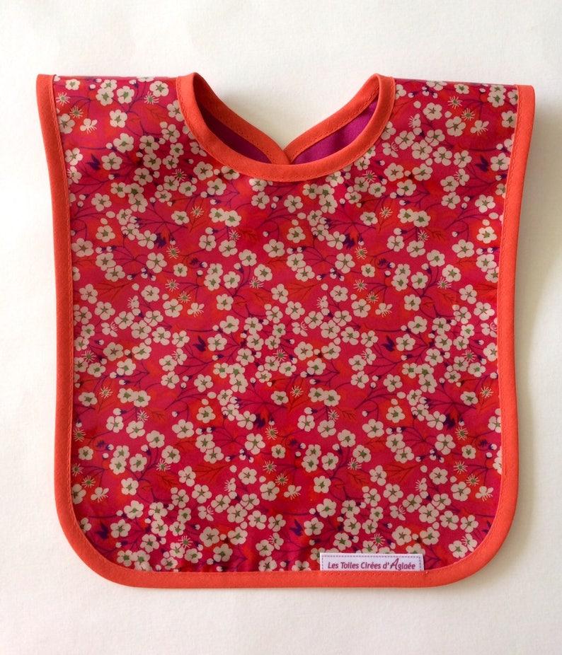 b6de8b3035051 Bavoir bébé en tissu enduit Liberty motif fleurs de pommiers