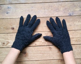 00b59c85124b Gants en laine tricoté à la main des femmes. Gris foncé. Laine naturelle.