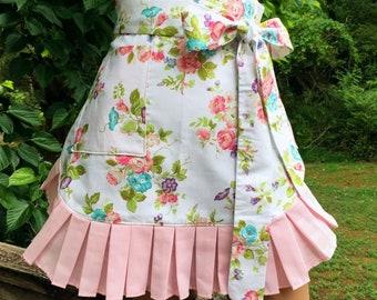 Flowers Apron // Half Apron // Hostess Apron // Kitchen Apron // Handmade Apron // Womans Gift // Aprons // Mom // Momlife // Grandma Gift