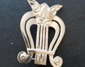Alfred Sung sterling silver harp brooch