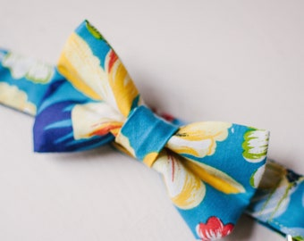 Hawaiian print dog bowtie collar, 1-inch pet collar with with removable bowtie, tropical flower bow-tie, summer dog collar