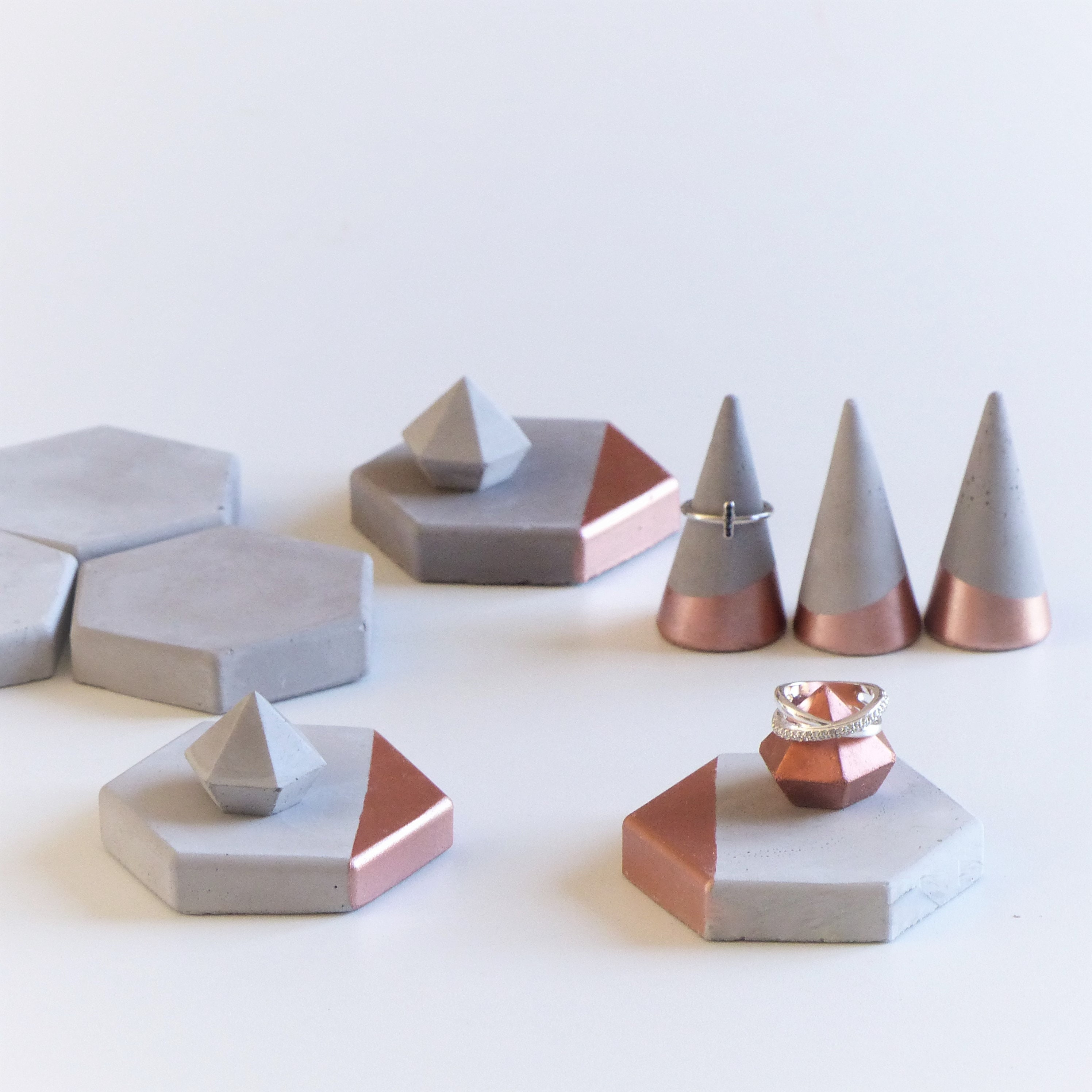 Ensemble de 12 présentoirs à bijoux rose rose rose doré, cones et mini diamants supports de bagues en béton 6e3cd5