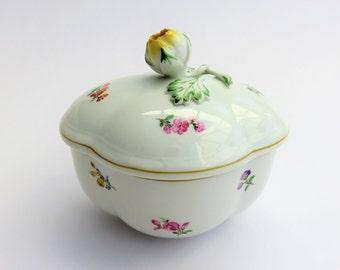 Meissen Strewn Flowers Quatrefoil sugar bowl or trinket bowl and lid, blue crossed swords backstamps, scattered flowers Streublumen pattern.