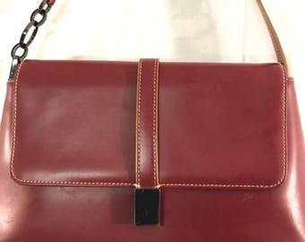 Beau sac à main rouge, coutures blanches, chaîne en argent Smokey Accent, fermeture magnétique, l'on rouge 11 x 7, sac chic