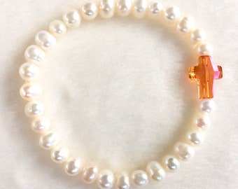 caec1c60c647 Pulsera Elástica de Perlas de Rio Cultivadas y Cruz de Cristal de  Swarovski