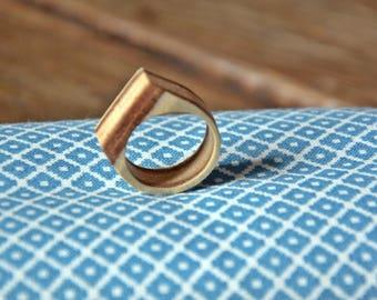 Asymmetrical ring flat