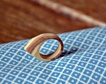 Asymmetrical ring with facets