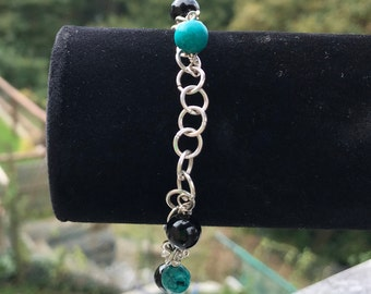 Hand made bracelet in silver 925 with semiprecious stones of turquoise and black onyx. T-Lock.