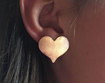 Heart shaped earrings - pendientes zarcillos dorados en forma de corazon planos, calados en una lamina de bronce y bañados en oro