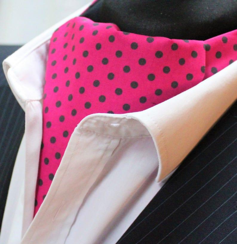 Cravate /& Mouchoir Premium Coton. Cravate Ascot UK Made Rouge Avec Vert Polka Dot