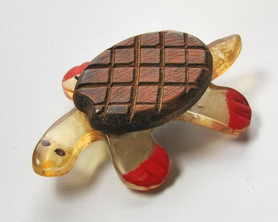Vintage Lucite and Wood TURTLE brooch 1940s figura