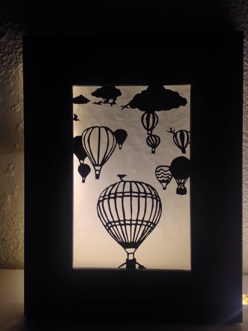 cadre lumineux motif montgolfi res d coupage papier d 39 un. Black Bedroom Furniture Sets. Home Design Ideas