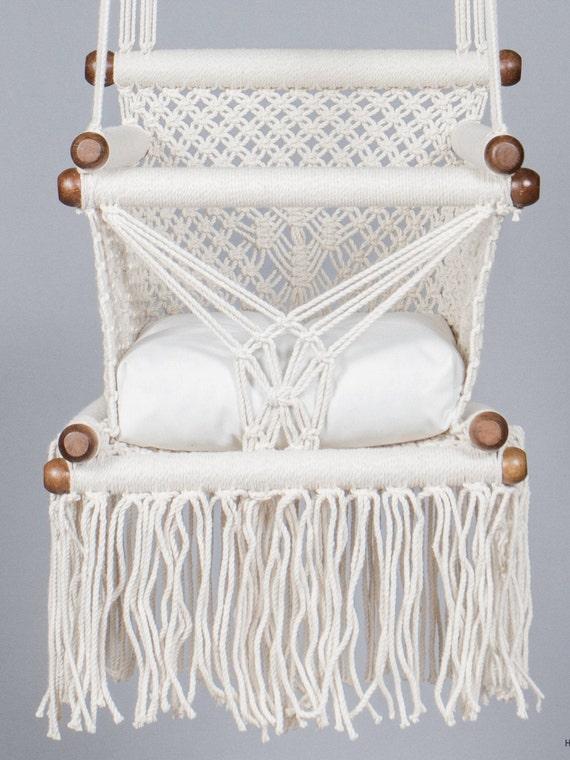 Schommelstoel Aan Plafond.Baby Schommelstoel In Macrame Gemaakt In Creme Kleur Katoen En Duurzame Inheemse Hout