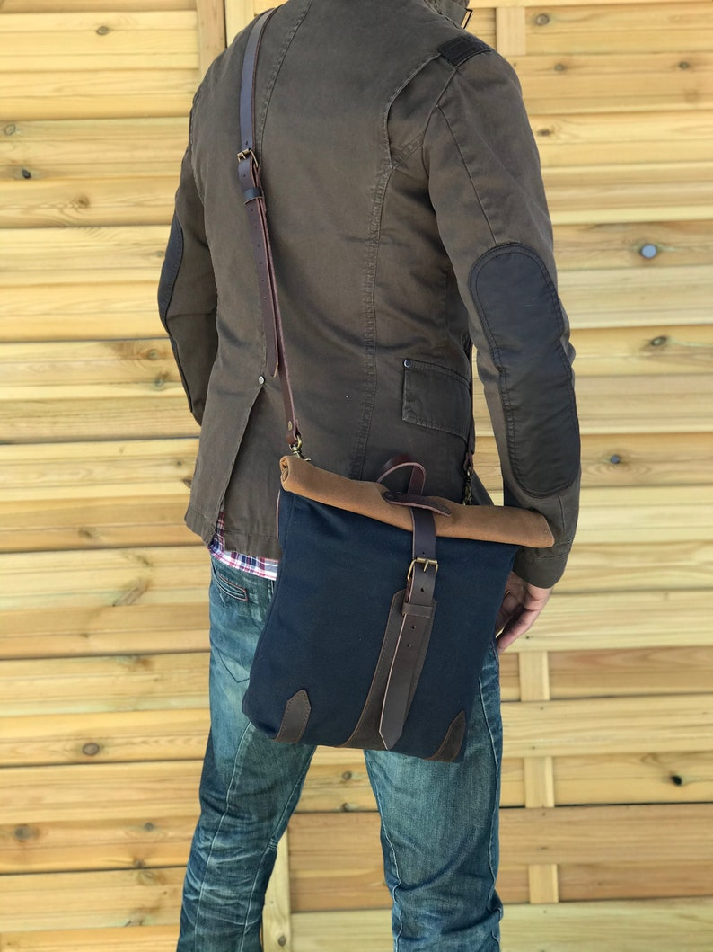 waxed canvas bag convertible into a saddlebag. Large size messenger for bicycle lovers