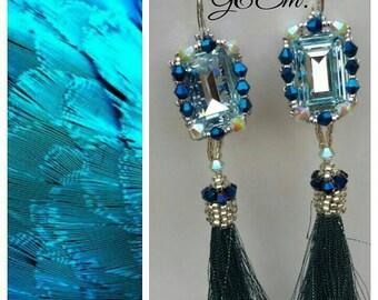 223cc0cd9e1d30 Orecchini lunghi azzurri cristallo originale lavorato con perline e  nappine, orecchini con coprinappina in perline argento e blu, per lei