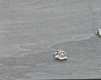 Snail pendant of 12x17mm. 1 unit. zamak with silver.