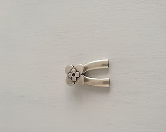 1 Terminal for bracelet with flor.35x23mm ornament. 5mm interior silver zamak metal.