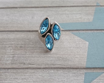 1 Ring. 3 blue swarovski crystals. Internal diameter 18mm. metal zamak silver.