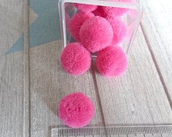 5 Pompoms in strong pink color. 20mm
