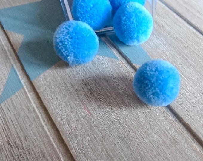 5 Pompoms in blue color. 20mm