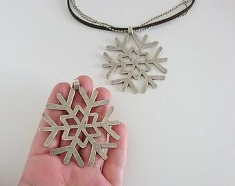 1 Snowflake  pendant. Measure 65mm. high quality metal zamak in silver color
