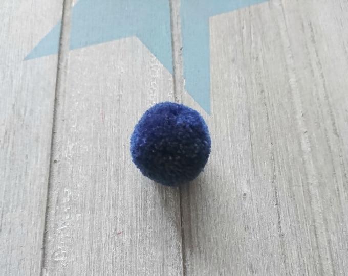 5 Pompoms in navy blue color. 25mm