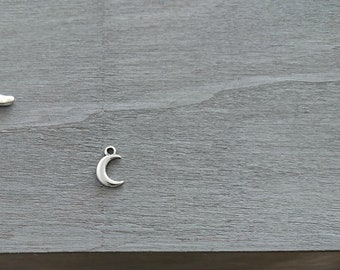 Moon pendant. 18x11mm. 1 unit. silver zamak