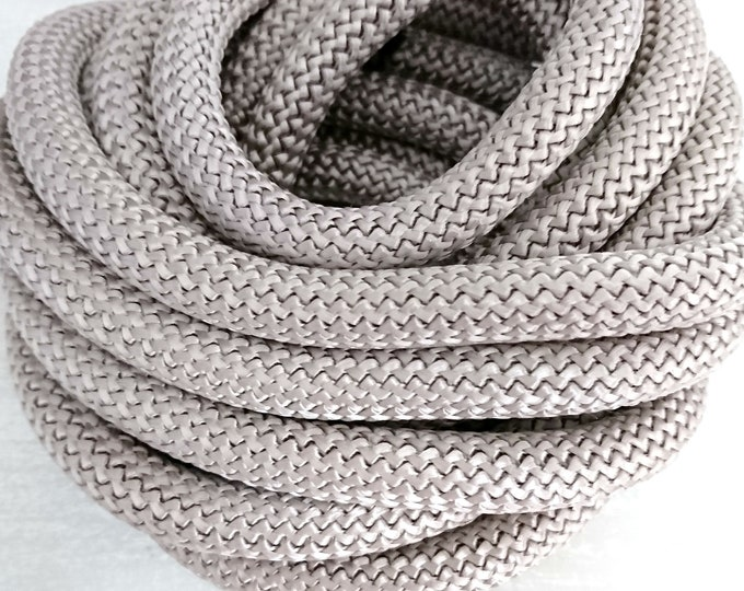 1 meter of gray climbing rope of 10mm. thick