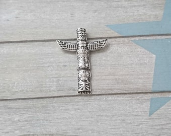 1 Totem pendant. 37x33mm. Antique silver zamak