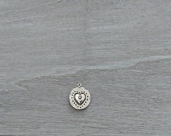 Round pendant with embossed heart. 23mm. Zamak. Diy.