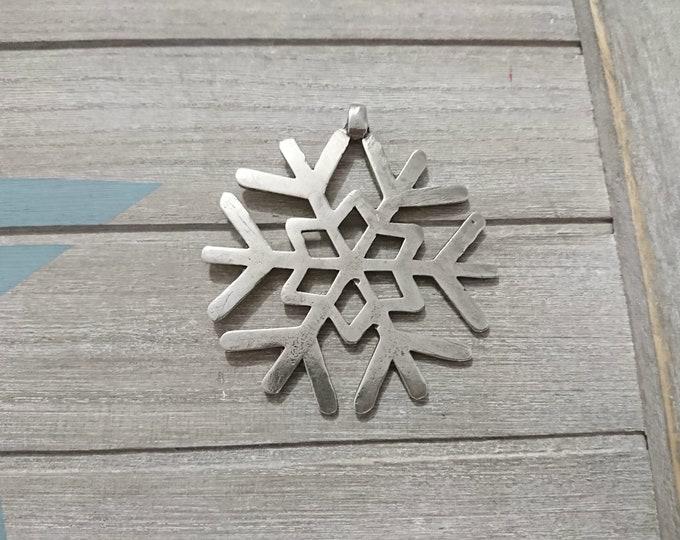 1 Snowflake XL pendant. Measure 65mm. high quality metal zamak in silver color