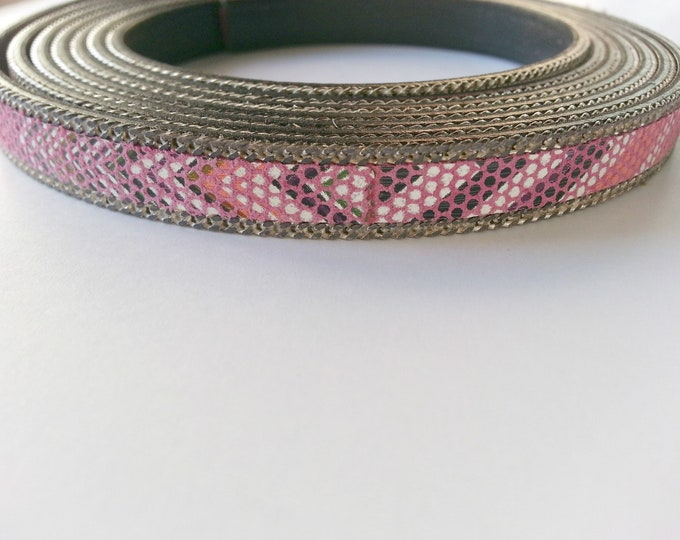 50cms. Leather in pink and white tones. side chains. width 10mm.