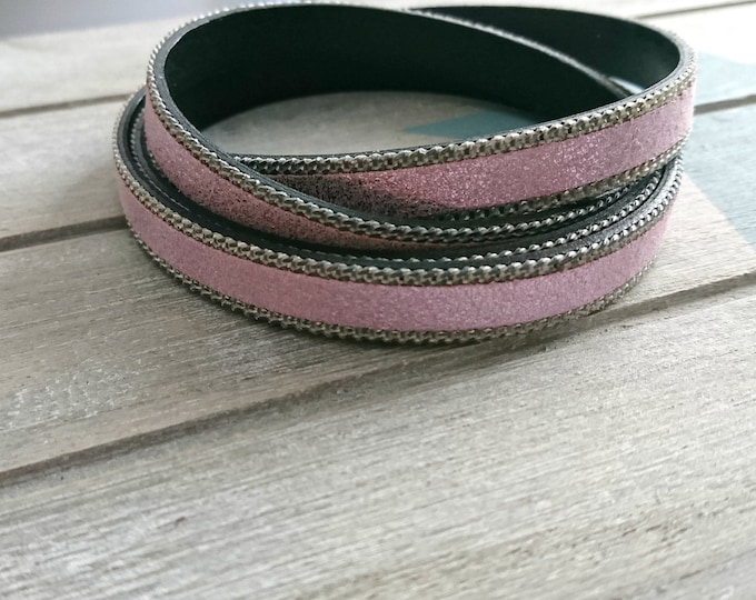 35cms. Leather in metallic light pink tones and side chains. width 10mm.