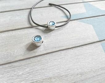 Round pin with blue Swarovski. Zamak Silver Bath. 13mm.