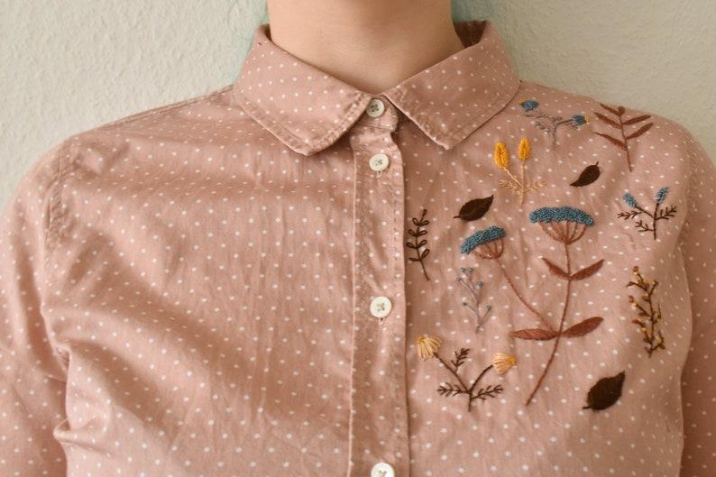 Een rose blouse met witte stippeltjes  Voor zien van image 0