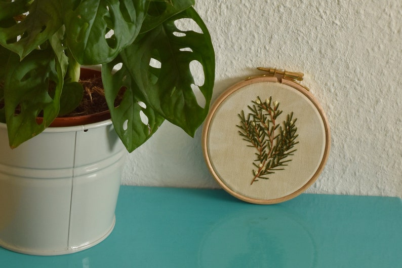 Borduurwerk voor aan de muur met dennenboom dennentak  image 0