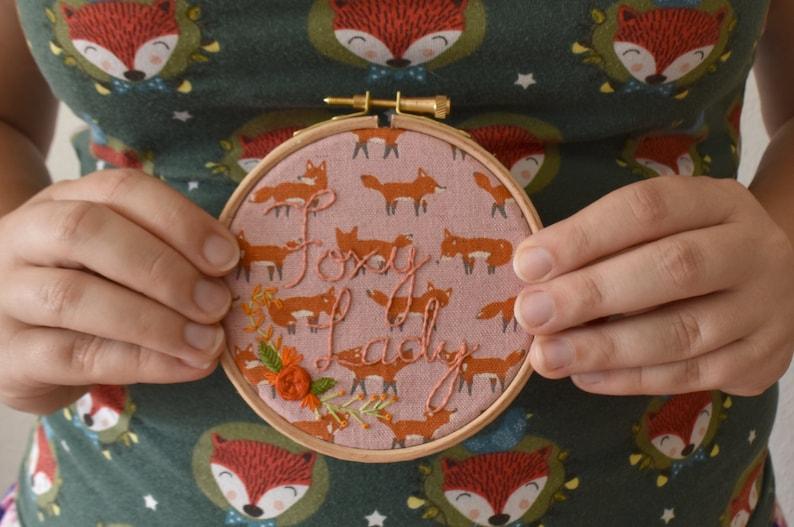 Foxy Lady  Borduurwerk voor aan de muur met de uitspraak image 0
