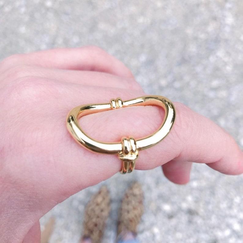 OLIVIA Bague r\u00e9glable avec a large oval shape and curved circle