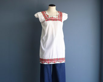 Vintage 1970s Embroidered Top | Vintage 70s Embroidered Tunic | White Embroidered Top w/ Floral Border | 1970s Fashion | Hippie Boho Fashion