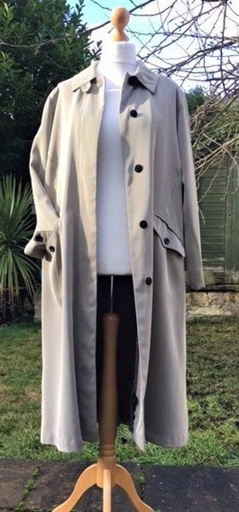 Andie Macdowell Bra Size 1980's trench/duster coat uk 12-14, us 8-10. 1980's long taupe  raincoat.classic 1980's long loose fitting coat. underwraps vintage raincoat