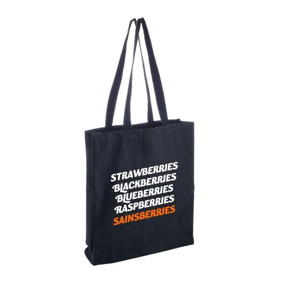 Un sac fourre tout noir drôle avec les mots Fraises, mûres, myrtilles, framboises Sainsberries.